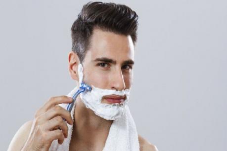 अनेकजण दाढी करताना पूर्ण ताकद लावतात. असं करणं पूर्ण चुकीचं आहे. जोर लावल्याने केस मुळापासून निघतील असा काहींचा समज असतो, पण असं काहीही होत नाही. याउलट दाढी करताना जोर दिल्यास चेहऱ्यावर व्रण उठू शकतात. ज्यामुळे चेहऱ्याला सतत खाज येऊ शकते.
