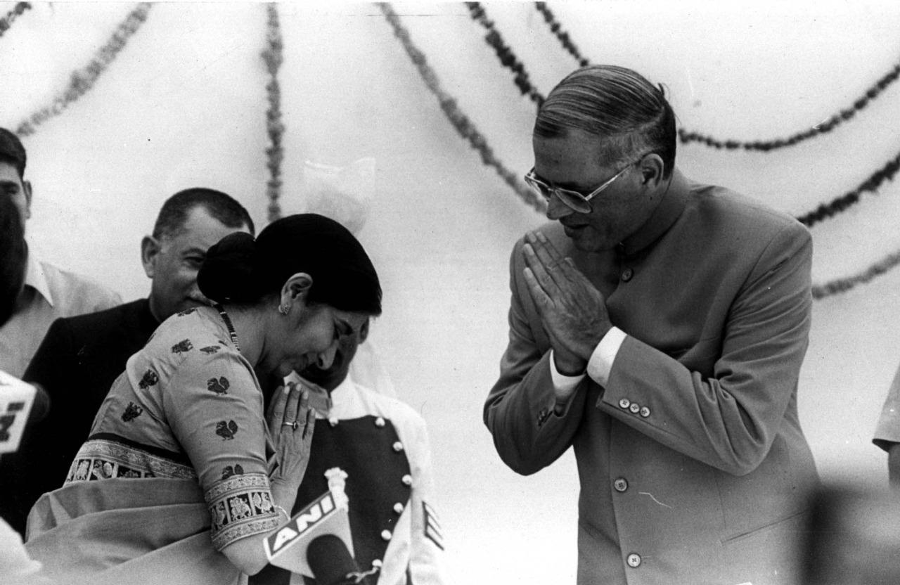 सुषमा स्वराज यांनी 12 ऑक्टोबर 1998ला दिल्लीच्या मुख्यमंत्री पदाची शपथ घेतली. त्यावेळी त्यांचं अभिनंदन करताना दिल्लीचे राज्यपाल विजय कपूर.