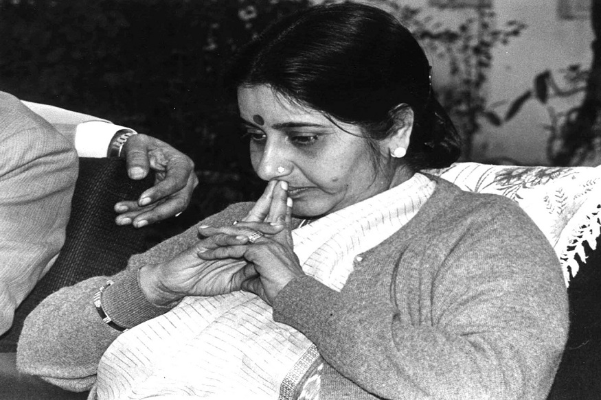 12 ऑक्टोबरला सुषमा स्वराज दिल्लीच्या मुख्यमंत्री पदी विराजमान झाल्या होत्या. त्यांना साहब सिंह वर्मा यांच्या जागी मुख्यमंत्री पद सोपवण्यात आलं होतं. त्यावेळी शपथ घेतानाचा दुर्लभ फोटो.