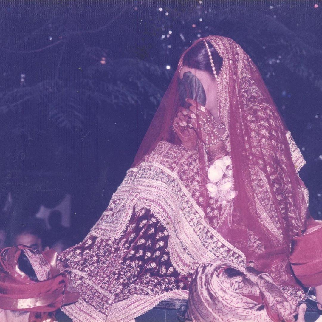 अबू जानी आणि संदीप खोसला त्यांच्या डिझायनिंग करिअरचे 33 वे वर्ष साजरे करत आहेत. या दरम्यान त्यांनी श्वेताच्या लग्नातील काही फोटो त्यांच्या इन्स्टाग्रामवर शेअर करत तिच्या लेहंग्याबद्दलही सांगितलं.