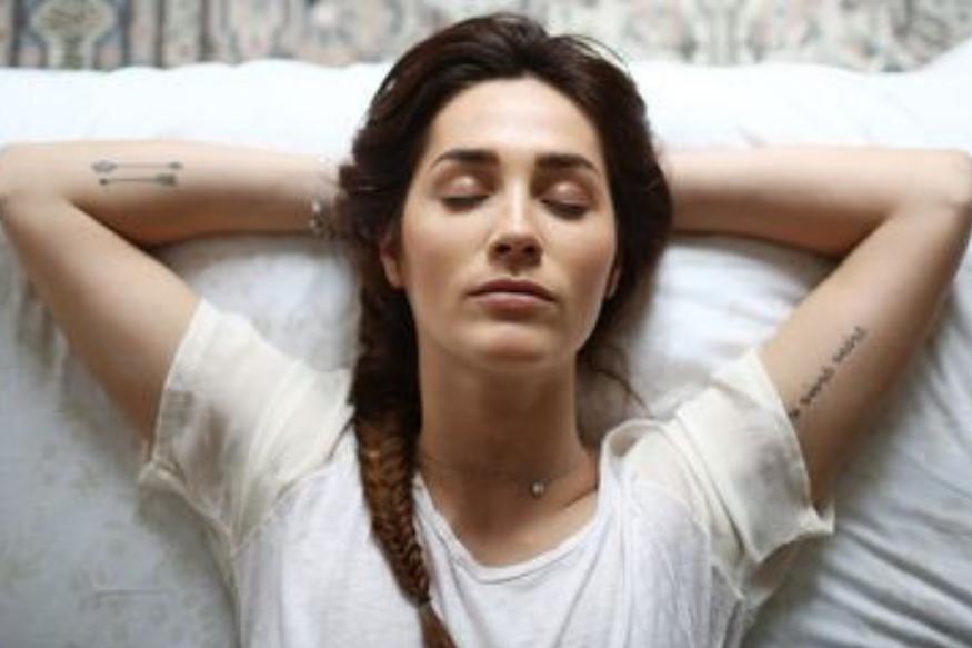 झोपण्यापूर्वी मेकअप रिमूव्ह करायला हवा, चेहरा नीट स्वच्छ करायला हवा. मेकअप काढण्यासाठी तुम्ही मेकअप रिमूव्हर किंवा नॅच्युरल ऑइल वापरू शकता आणि त्यानंतर चेहऱ्यावर मॉईश्चरायझर लावा. यामुळे तुमच्या त्वचेच्या पेशींना पोषण मिळतं आणि त्वचेचं सौंदर्य टिकून राहतं. सकाळी उठल्यानंतरही चेहरा टवटवीत दिसतो.