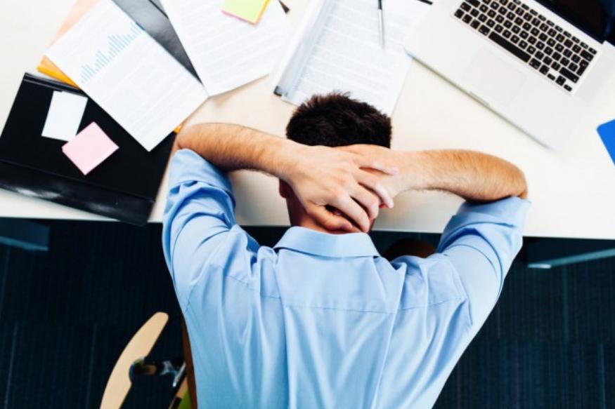 वाढती स्पर्धा, करिअर, कौटुंबिक समस्या अशा एक ना अनेक कारणांमुळे लोक चिंता ग्रस्त असतात. यामुळे कालांतराने लोक नैराश्यग्रस्तही होतात. पायांच्या बोटामवर ताण दिल्यावर शरीरातील तणावाच्या हार्मोन्सचा स्तर कमी होतो. यामुळे लगेच आराम मिळतो.
