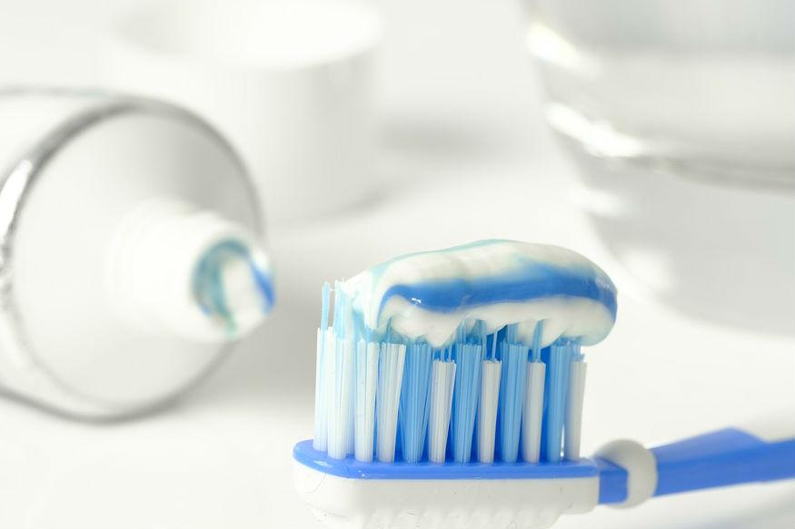 मुरमांपासून सुटका- टूथपेस्ट ही चेहऱ्यासाठी औषधासारखं काम करते. रात्री झोपण्यापूर्वी मुरमांवर टूथपेस्ट लावा आणि सकाळी चेहरा स्वच्छ पाण्याने धुवा. मुरमं लवकरच जातील.