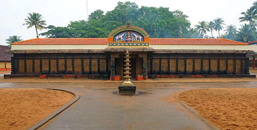 जनार्दन स्वामी क्षेत्र- विष्णूचं हे मंदिर सुमारे 2 हजार वर्ष जुनं आहे. या मंदिरात जाण्यासाठी खूप पायऱ्या चढाव्या लागतात.