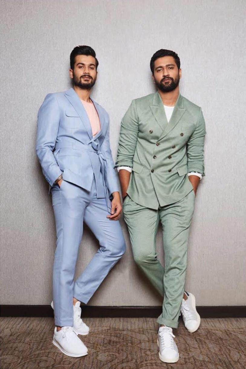 विकी कौशलचा भाऊ सनीला फार कमी लोकं ओळखतात. सनी अक्षय कुमारच्या 'गोल्ड' सिनेमात दिसला होता. लुकच्या बाबतीत सनी विकीपेक्षा भाव खावून जातो.
