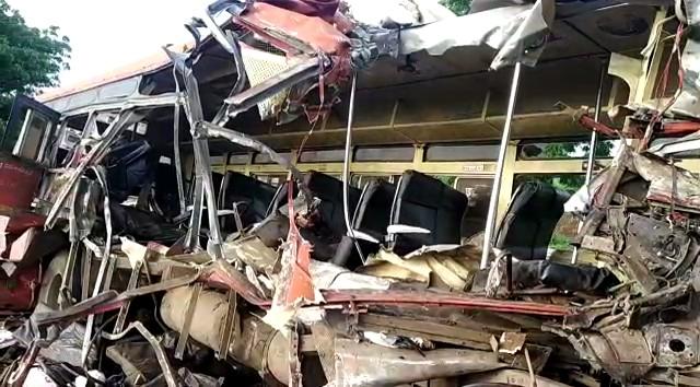 मृतांमध्ये 12 प्रवासी, एसटी बसचालक आणि कंटेनर चालकाचा मृत्यू झाला आहे.