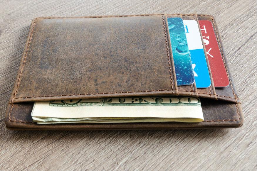 वयोवृद्ध माणसांकडून मिळालेल्या रुपयांना हळद लावून पर्समध्ये सांभाळून ठेवा. याने सर्व गोष्टी चांगल्या होतात.