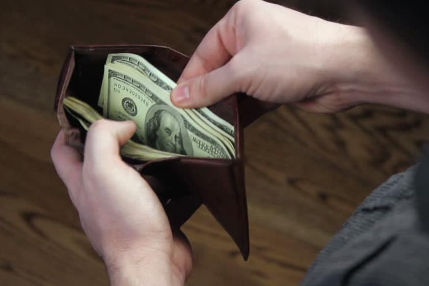 पर्स ही फक्त पैसे सांभाळणारी गोष्ट नसून त्याचा संबंध तुमच्या समृद्धीशी जोडला गेलेला आहे. पर्समध्ये अनेकदा पैशांसोबत इतर गोष्टीही असतात. काही गोष्टींमुळे पैशांत वृद्धी होते तर काही वेळा नुकसानही सहन करावं लागतं.