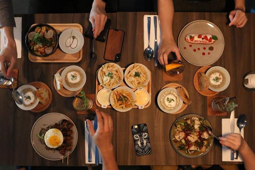 अनेकदा जेवताना घरातले ठराविक पदार्थांवर दुसरा पदार्थ खाऊ देत नाहीत. या मागचं कारण विचारलं तर पोटासाठी ते योग्य नसल्याचं उत्तर मिळतं. नेमकी असे कोणते पदार्थ आहेत जे एकत्र खाल्यास पोटाचे विकार होऊ शकतात ते आज आम्ही तुम्हाला सांगणार आहोत.
