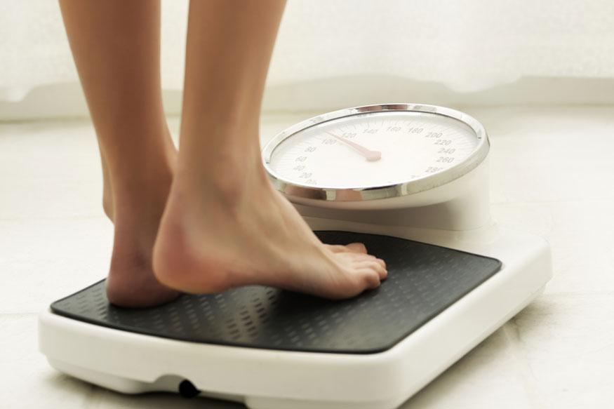 अनेकजण वाढत्या वजनामुळे हैराण झालेले दिसतात. वजन कमी करण्यासाठी ते नानाविध उपायही करत असतात. पण या सगळ्यात असेही काही लोक आहेत ज्यांनी कितीही खाल्लं तरी त्यांचं वजन वाढत नाही. यामुळे शरीराशी निगडीत अनेक समस्यांचा त्यांना सामना करावा लागतो. शरिरात विटामिन्स आणि मिनरलच्या कमतरतेनेमुळे त्यांचं वजन वाढत नाही. आज आम्ही तुम्हाला असे काही घरगुती उपाय सांगणार आहोत ज्यामुळे तुमचं वजन वाढायला मदत होईल.