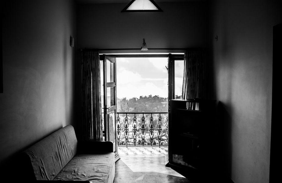 वास्तुशास्त्रानुसार, पूर्व दिशेला खिडक्या असणं सर्वोत्तम मानलं जातं. कारण ही सूर्याची दिशा असते. सूर्याचं पहिलं किरण घरात पडलं तर फक्त सकारात्मक उर्जाच घरात येते असं नाही तर घरात सुख, समृद्धीही येते. याशिवाय नोकरीत प्रमोशनही मिळतं. तर उत्तर दिशेचा स्वामी कुबेर असल्याने त्या दिशेला खिडकी बनवली तर कधीही संपत्तीची कमतरता जाणवणार नाही.