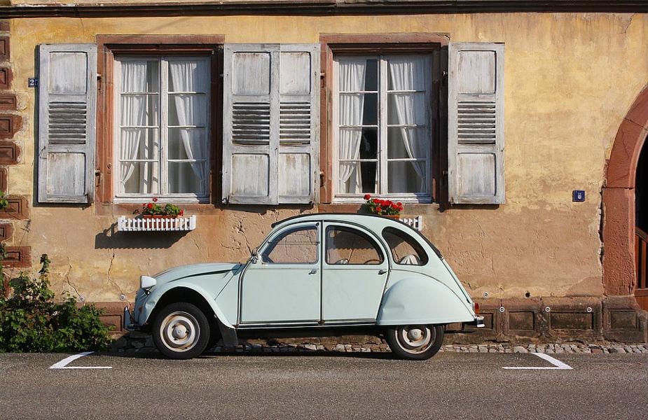 वास्तुशास्त्रानुसार, घराच्या मधोमध कधीही खिडक्या बनवू नये. खिडक्या नेहमी एका रांगेत बनवल्या गेल्या पाहिजेत. मुख्य दाराच्या जवळ खिडकी बनवल्यास आयुष्य सुखकर होतं तसंच कुटुंबाला वैभव आणि यश मिळतं.