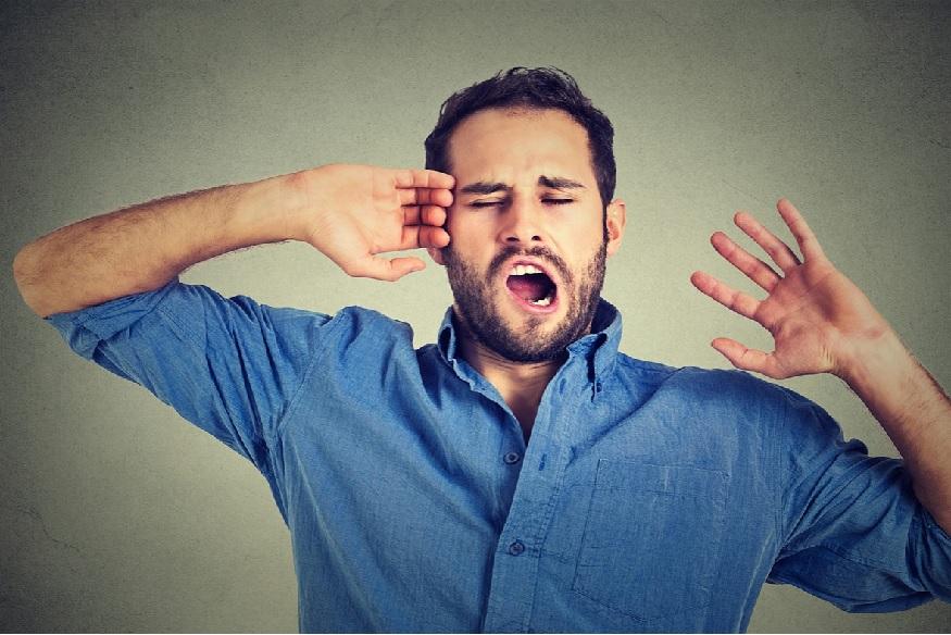 झोप पूर्ण न झाल्यामुळे किंवा थकव्यामुळे डोळ्यांखाली सूज येण्याचा त्रास अनेकांना होत असेल. पण डोळ्यांखाली सूज घेऊन ऑफिसला जाणं थोडं विचित्र असतं.