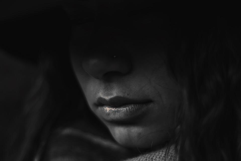 ज्या मुली गर्भनिरोधक गोळ्या घेतात त्यांना मासिक पाळी दरम्यान हेवी ब्लीडिंग तर होतंच शिवाय त्या दरम्यान फार त्रासही होतो. याशिवाय मासिक पाळी अनियमित होण्याचीही संभावनाही असते.