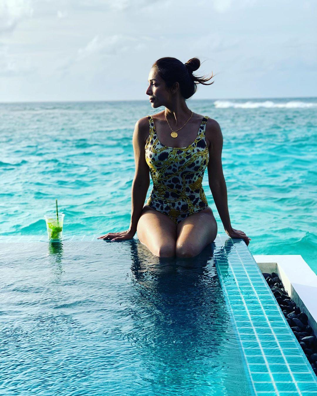काही दिवसांपूर्वी मलायकानं तिच्या मालदीव व्हेकेशनचे फोटो तिच्या सोशल मीडियावर अकाउंटवर शेअर केले होते त्यानंतर आता तिनं आणखी एक Throwback बिकिनी फोटो शेअर केला आहे.