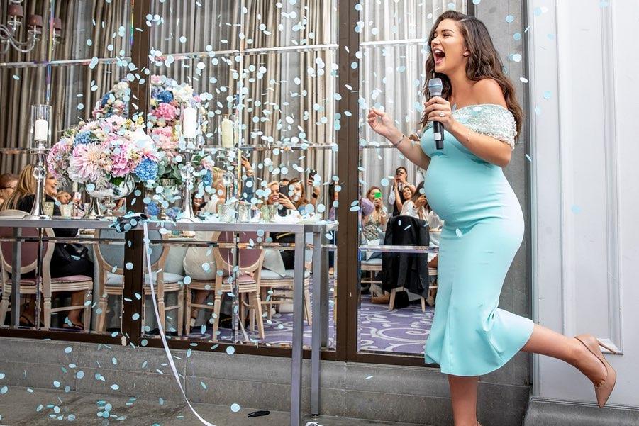 बेबी शॉवर पार्टीमध्ये ब्लू कलरची थीम ठेवण्यामागे कारणही तसंच खास होतं. या पार्टीमध्ये अॅमीनं मुलाला जन्म देणार असल्याचं जाहीर केलं. याचा व्हिडीओ काही दिवसांपूर्वी सोशल मीडियावर व्हायरल झाला होता. ब्लू कलर हा मुख्यतः मुलांसाठी वापरला जातो. त्यामुळे अॅमीनं या पार्टी थीमसाठी ब्लू कलरची निवड केली.