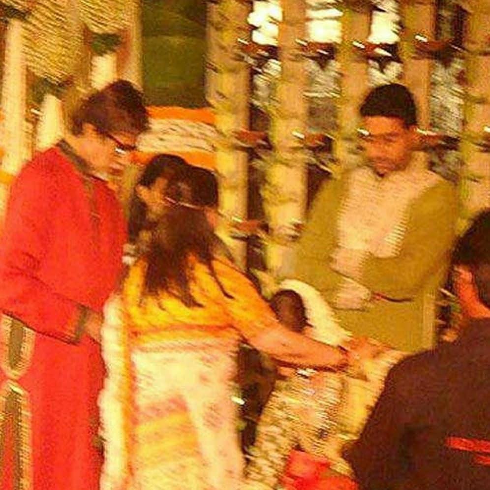 या फोटोमध्ये ऐश्वर्या जया बच्चन आणि अमिताभ यांना नमस्कार करताना दिसत आहे. 2007 मध्ये ऐश्वर्या आणि अभिषेकचं लग्न हे त्या वर्षातील शाही लग्नापैकी एक होतं.