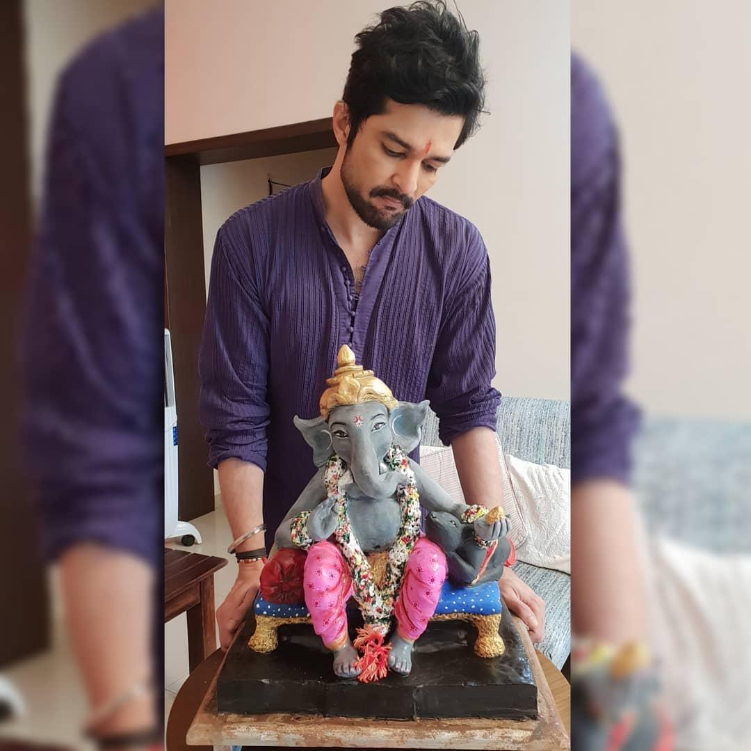 अभिनेता राकेश बापटचा गणपती बाप्पा. या बाप्पाचं विशेष असं की, राकेश बापट दरवर्षी स्वतः बाप्पाची मूर्ती घरीच तयार करतो.