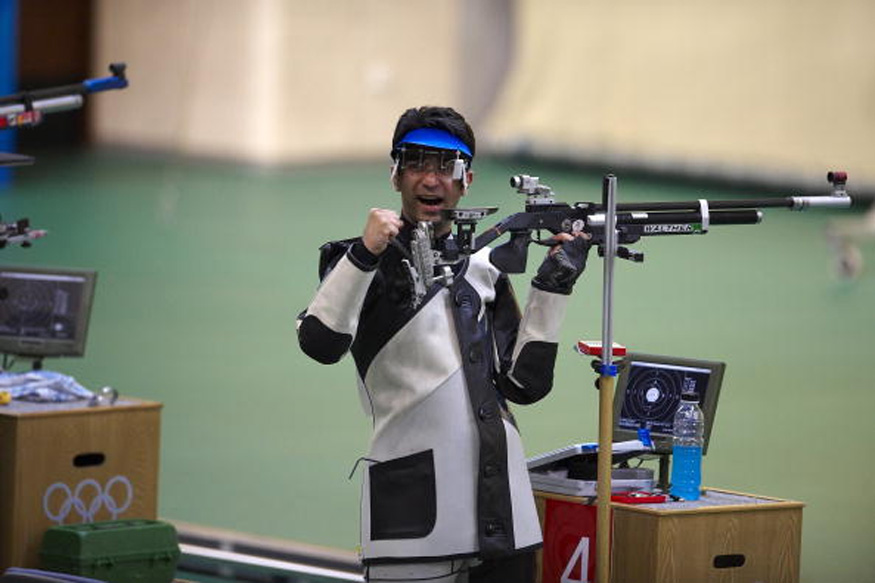 अभिनव बिंद्राचा बीजिंग ऑलिम्पिकमध्ये सुवर्ण पदक जिंकण्याचा प्रवास सोपा नव्हता. खुप कमी लोकांना माहित आहे की बिंद्रा नेमबाजी करताना चष्मा लावायचा.