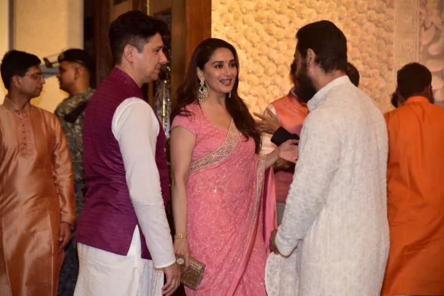 माधुरी दीक्षित नेने, डॉ नेनेंसह आमिर खानशी गप्पा मारताना