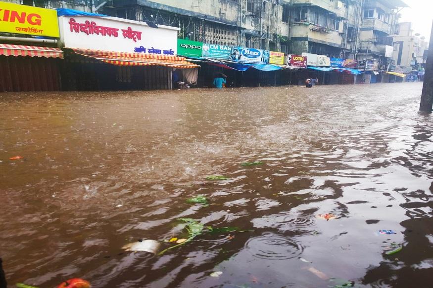 मुंबई आणि उपनगराला बुधवारी सकाळपासून पावसानं झोडपून काढलं आहे. येत्या 24 तासांत राज्याच्या 5 जिल्ह्यात अतिमुसळधार पाऊस कोसळण्याचा अंदाज हवामान विभागाने नोंदवला आहे.