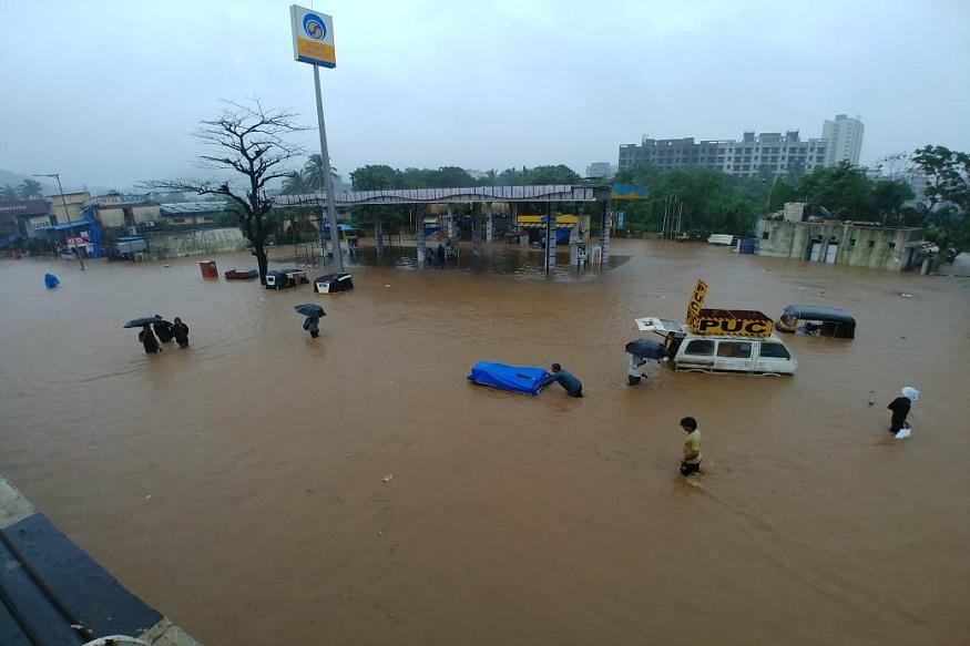 मुंबईत सगळीकडे पाणीच पाणी आहे. मुंबईत गेल्या 6 तासांत 100 मिमीपेक्षा जास्त पाऊस पडला.