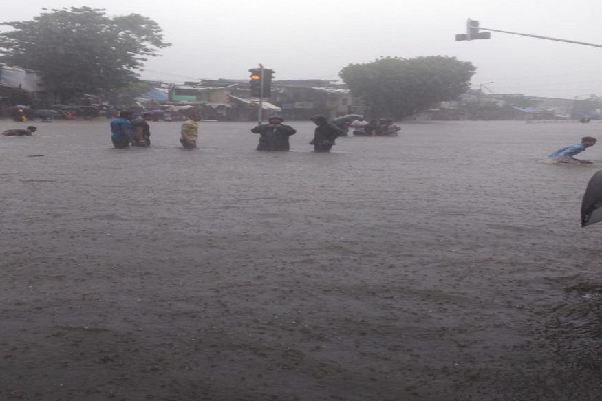 पुढच्या काही तासांत मुंबईत मुसळधार पाऊस पडेल, असा हवामान विभागाचा अंदाज आहे.
