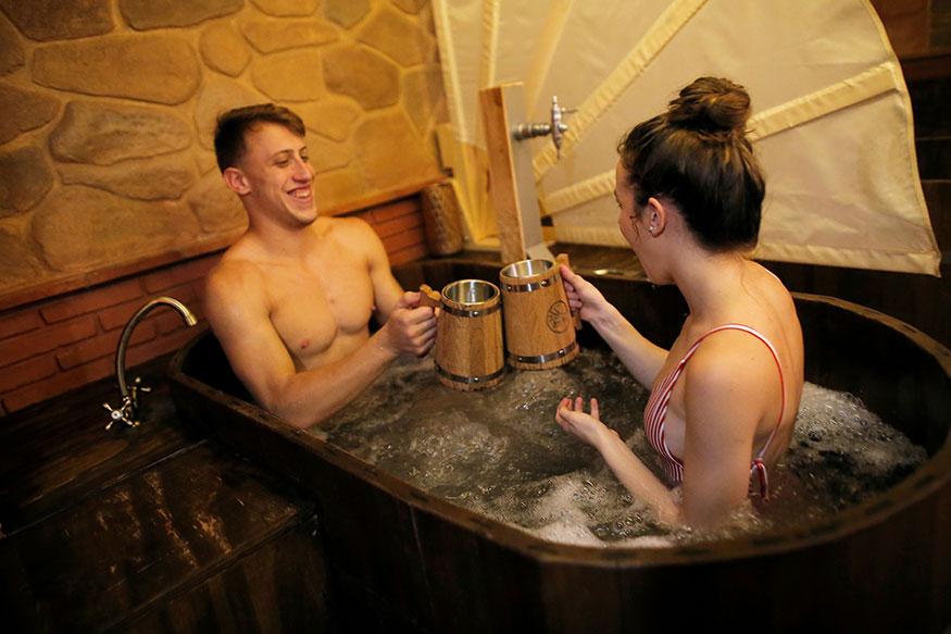 प्रोफेसरांच्या मते, दररोज आंघोळ करणं घातक आहे. व्यक्तिने एका आठवड्यात जास्तीत जास्त दोन वेळा आंघोळ केली पाहिजे. असं केल्याने शरीराला अनेक फायदे मिळतात.