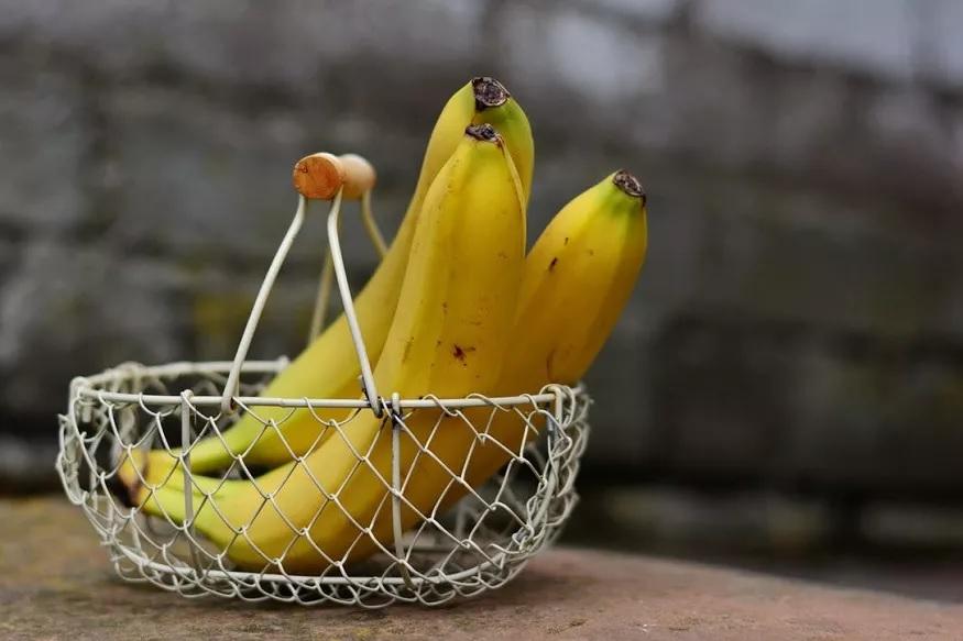 आपण लहानपणापासून अॅन अॅपल अ डे किप्स द डॉक्टर अवे हा इंग्रजीतील वाकप्रचार ऐकलाच आहे. पण तुम्हाला माहीत आहे का हीच गोष्ट फक्त सफरचंदासोबत केळ्यालाही लागू होते. किंबहूना दररोज दोन केळी खाण्याचे फायदे हे जास्त आहेत. आज आम्ही तुम्हाला याच केळ्याचे फायदे सांगणार आहोत.