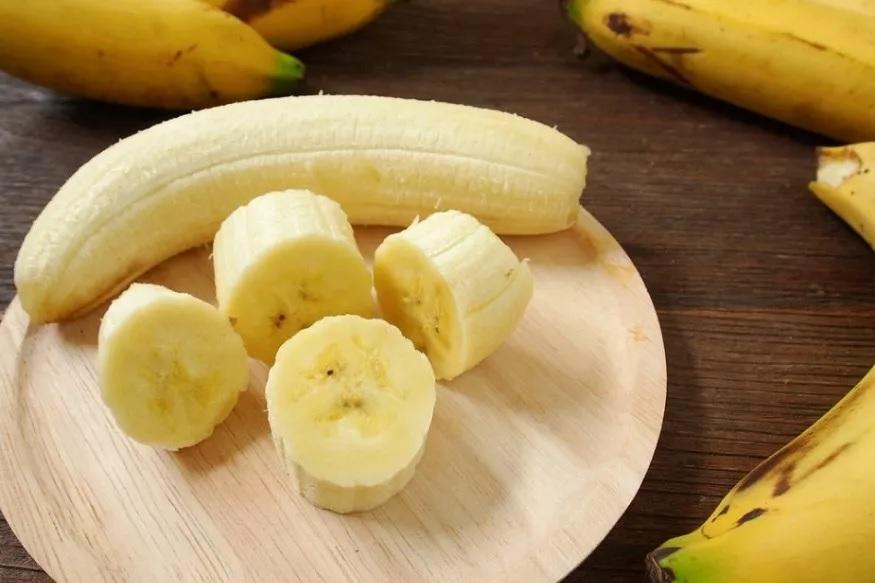 केळं- पचन क्रियेसाठी केळं फार फायदेशीर आहे. यातही कर्करोगग्रस्त रुग्णांसाठी केळं खाणं अत्यंत उपयुक्त ठरतं. या फळात मोठ्या प्रमाणात फायबर असतं. या फळामुळे आंतड्यांमध्ये मोठ्या प्रमाणात सुधार होतो. याशिवाय हे इलेक्ट्रोलाइट्स पुनर्संचयित करण्यात मदत करतात.