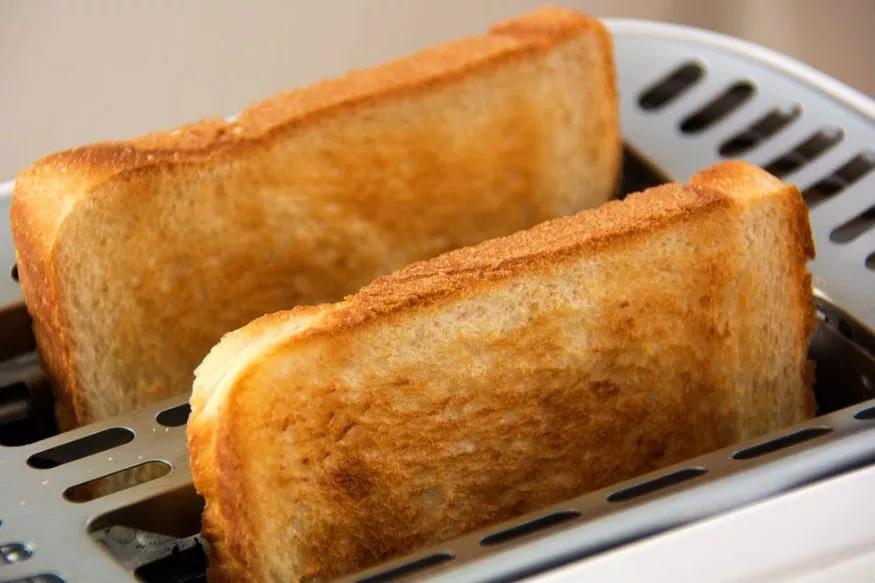 करपलेला ब्रेडही तुमच्या पोटासाठी धोकादायक ठरू शकतो. जेव्हा ब्रेड जळतो तेव्हा त्यातून एक्रीलामाइड नावाचा पदार्थ निघतो जो पोटासाठी फार धोकादायक असतो
