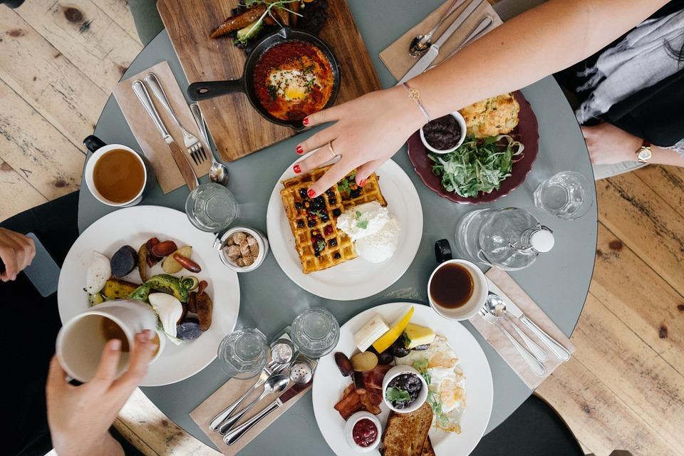 जेवणाची वस्तू काखेत ठेवून खाऊ नये. तुटलेल्या तसेच तडागेलेल्या भांड्यांमध्ये कधीही जेवू नये.