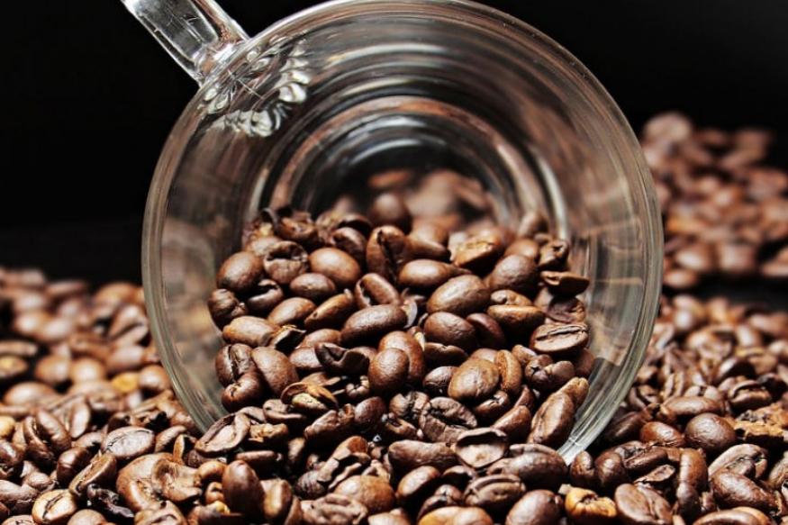 कॉफी- डोळ्यांखाली कॉफी लावल्यानेही सूज कमी होते. अंड्याचं पांढरं आणि कॉफी एकत्र करून लावल्यास लवकर आराम मिळतो.
