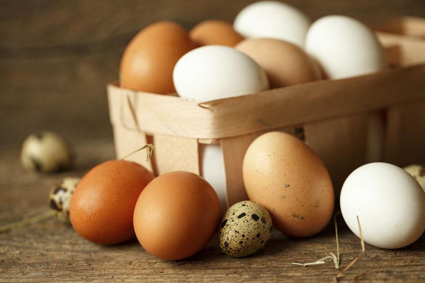 अंडी- सकाळच्या नाश्त्याला अंड खात असाल तर अंड्याचं पांढरं आवरण डोळ्यांना लावून हलक्या हाताने मसाज करा. हे त्वचेला घट्ट करण्यास मदत करतं, तसंच स्कीन टोन करण्याचंही काम करतं.