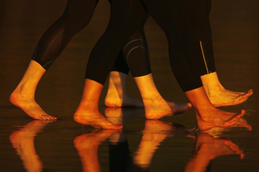 शरीर आणि चेहऱ्यासोबतच पायांची काळजी घेणंही तेवढंच महत्त्वाचं आहे. पायांना आलेल्या भेगा दिसायला तर वाईटच दिसतात, पण अनेकदा जेव्हा भेगांमधून रक्त येतं तेव्हा ते फार त्रासदायक असतं.
