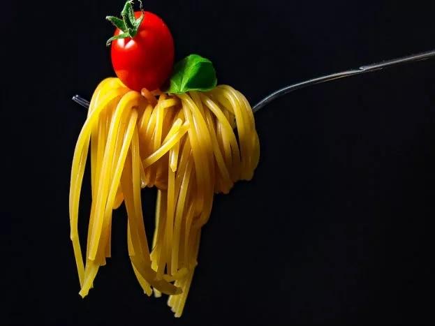 स्वयंपाकासाठी तेलाची गरज असते. एकदा वापरलेलं तेल सतत वापरलं जाणंही आरोग्यासाठी धोकादायक असतं.