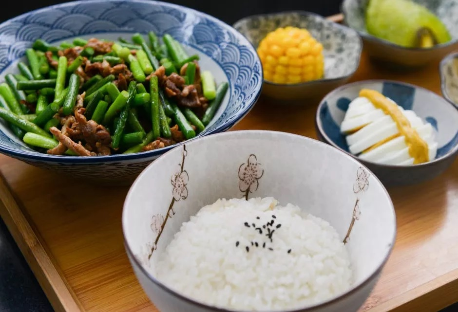 भात लगेच बॅक्टेरिया पकडतं आणि बॅक्टेरिया तुमच्या पोटासाठी धोकादायक असतं.