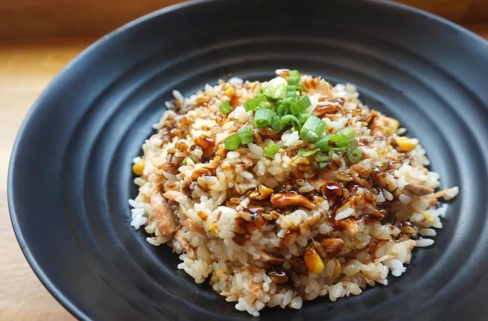जर तुम्ही भात थंड करून खात असाल तर तेही शरीरासाठी धोकादायक आहे. यामुळे पोटाचे विकार होतात.