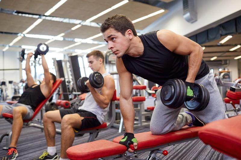 व्यायाम करताना योग्य कपडे घालणे-बऱ्याच वेळेस आपण कोणत्याही कपड्यावर व्यायाम करतो पण ते शरीराला त्रासदायक आहे. व्यायाम करताना आरामदायक कपडे आणि पायात बूट घालणं हे खुप महत्त्वाचं आहे.