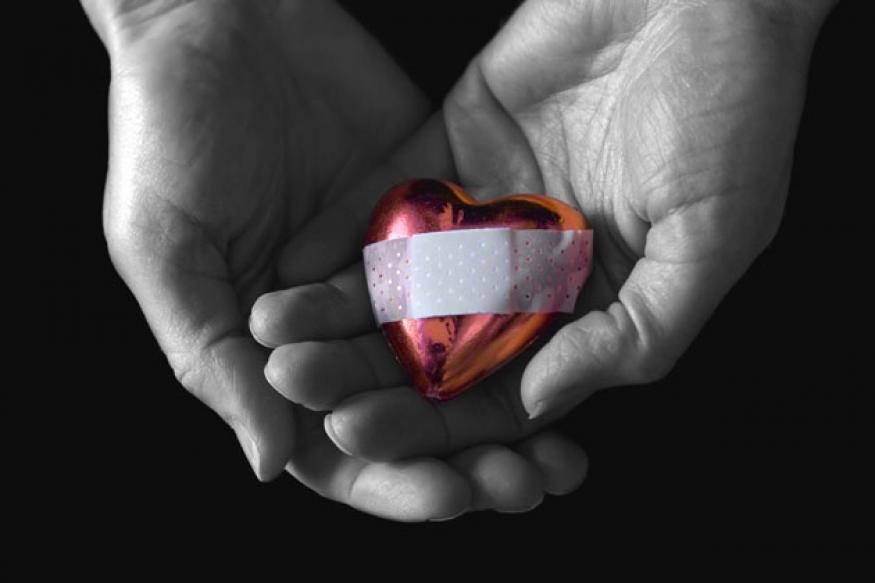 हाडं सशक्त करायची असतील तर सर्वसामान्यपणे कॅल्शियम सप्लिमेन्ट घेतली जातात. तुम्हीही असं करत असाल तर तातडीने ते बंद करा. याचा तुमच्या हृदयावर घातक परिणाम होऊ शकतो. कारण कॅल्शियमची सप्लिमेंट घेतल्यानंतर हार्ट अटॅकचा धोका वाढतो.