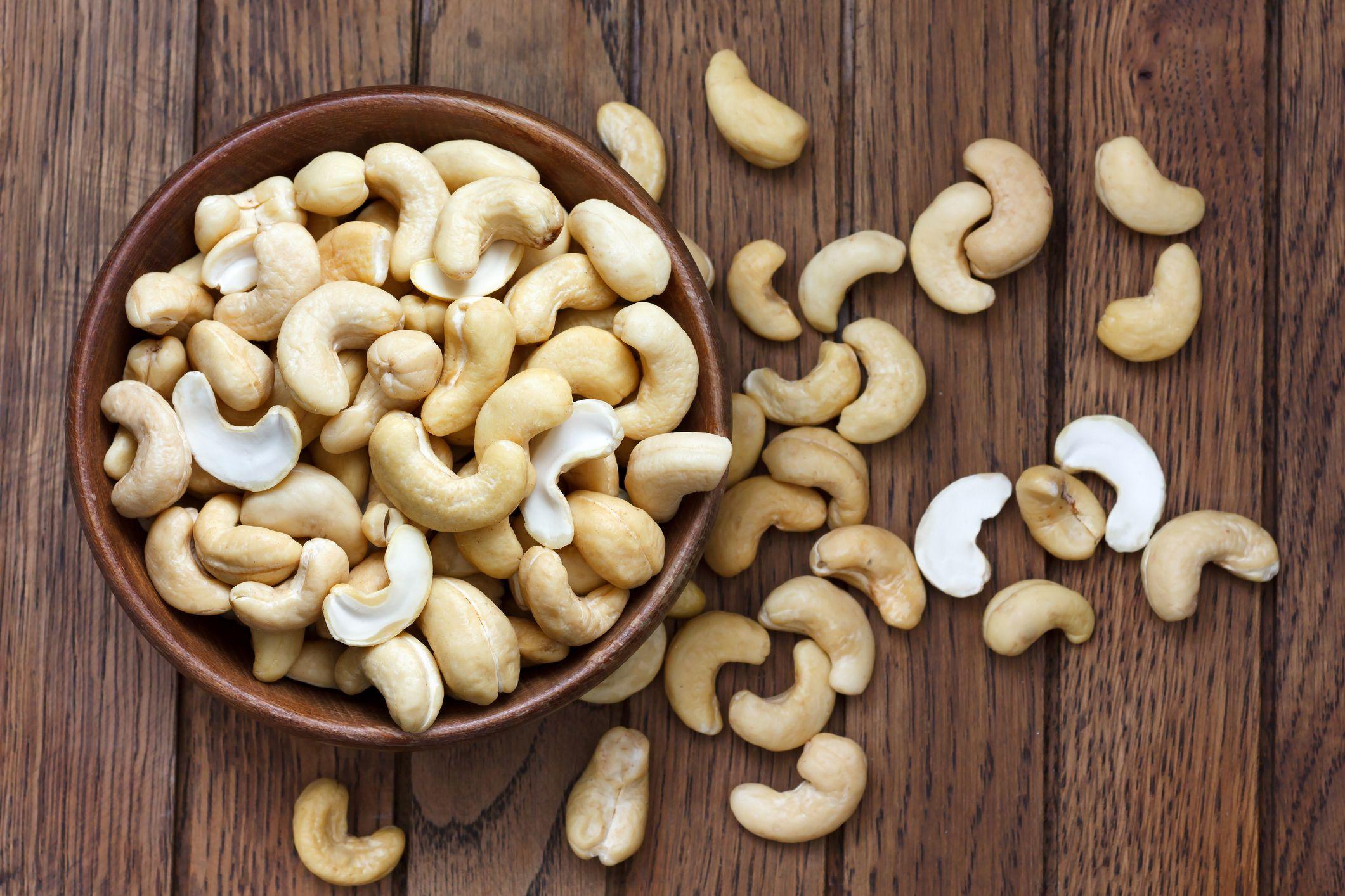रोज विशिष्ट प्रमाणात काजू खाल्याने मधुमेहाचा धोका कमी होतो. त्यातील पाल्मोटीक अॅसिड गुड कॉलेस्ट्रॉल तयार करून रक्ताभिसरणात प्रवाह आणते.यात सोडिअम आणि पोटॅशिअमचे प्रमाण कमी असल्याने त्याने ब्लड प्रेशर नियंत्रणात राहते.