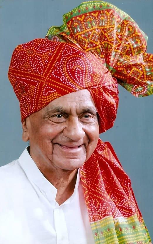 वयाच्या 91व्या वर्षात त्यांनी पुस्तके लिहिली. अंतरीचे धावे, गुलामगिरी, धिंड लोकशाहिची, गांधीजी असते तर..., लष्करी विलखिती पाकिस्तान अशी त्यांनी पुस्तकं लिहिली आहेत.खताळ-पाटील हे स्वत: एक सामाजिक कार्यकर्ते आणि स्वातंत्र्य सेनानी आहेत.