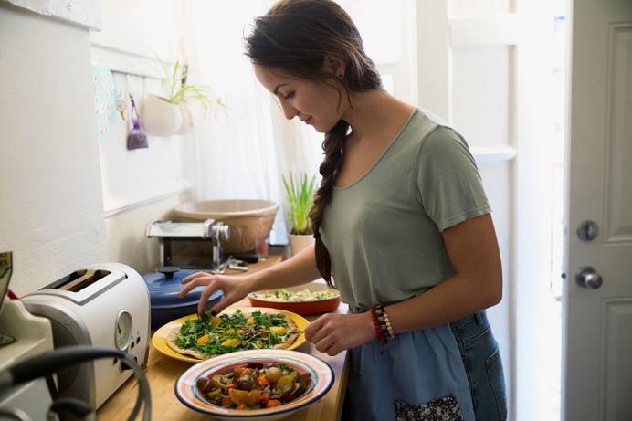 उभं राहून जेवताना अनेकदा आपण खूप घाईत जेवतो. त्यामुळे ठसका लागणे किंवा नाकात घास जाण्यासारखे प्रकार होतात.