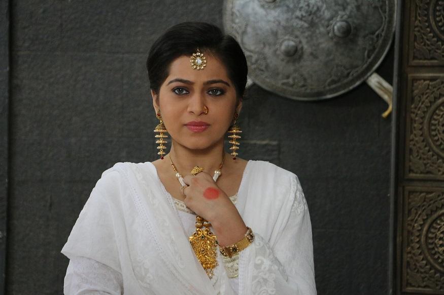 स्वरांगीचे आजोबा म्हणजे पंडित राम मराठे. तिचे वडील मुकुंद मराठे शास्त्रीय गायक. स्वरांगीनं जगभरात गाण्याचे कार्यक्रम केलेत.