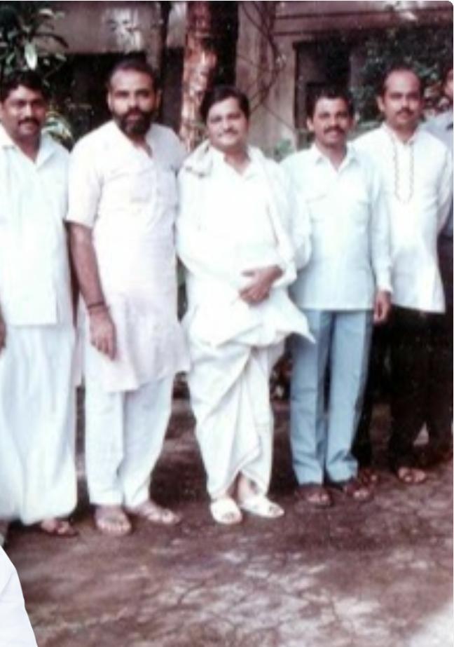 पंतप्रधान नरेंद्र मोदी यांचा त्यांच्या जुन्या सहकाऱ्यांसोबतचा फोटो...