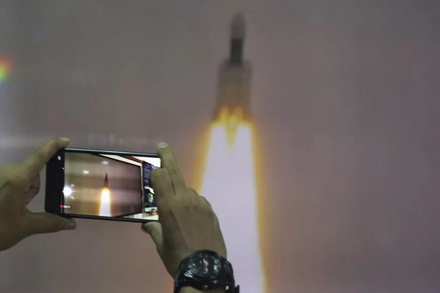 चांद्रयान -2 च्या विक्रम लँडरशी संपर्क करण्याची मुदत कमीकमी होत चालली आहे. 6 आणि 7 सप्टेंबरच्या दरम्यान विक्रम लँडरचा इस्रोच्या मुख्यालयाशी संपर्क तुटला.