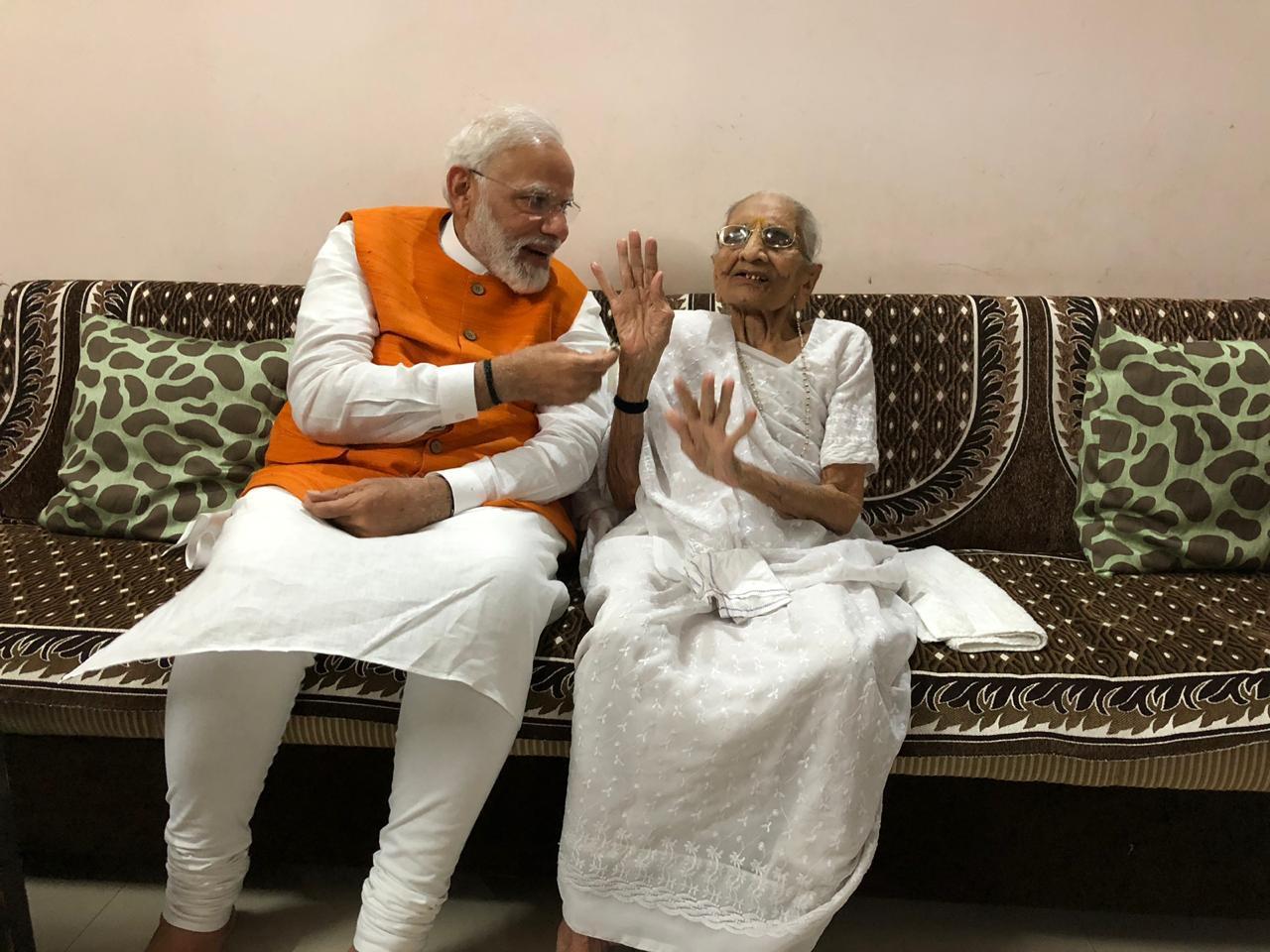 प्रत्येक मोठ्या आणि महत्त्वाची कामं करण्याआधी आईचे आशीर्वाद घ्यायला पंतप्रधान मोदी विसरत नाहीत. गरीब कुटुंबात झालेला त्यांचा जन्म, आईचे आशीर्वाद आणि त्यांची मेहनत आणि जिद्द यांच्या जोरावर आज ते राजकारणात सर्वोच्च शिखरापर्यंत पोहोचले आहे. त्याचा प्रामाणिकपणा, तत्वनिष्ठता आणि चिकाटी यामुळे पुन्हा एकदा दुसऱ्यांदा पंतप्रधान होण्याचा बहुमान त्यांनी मिळवला.