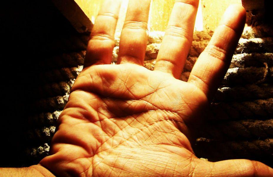 जर तुमच्या डाव्या हाताची भाग्यरेषा ही उजव्या हातापेक्षा मोठी असेल तर तुमचं व्यक्तिमत्व हे परिपक्व असतं. तुम्ही अशा व्यक्तिची जोडीदार म्हणून निवड करता तो फार प्रसिद्ध आहे आणि तुमच्या वयापेक्षा फार मोठा आहे. तुमचा रुढी- परंपरांवर फारसा विश्वास नसतो.