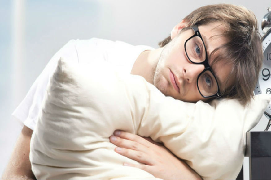 जगभरात लोकांना आरोग्याच्या ज्या काही मुख्य समस्या आहेत त्यात एक समस्या आहे ते म्हणजे झोप न येणं. सुदृढ आरोग्यासाठी पुरेशी झोप घेणं फार महत्त्वाचं आहे.