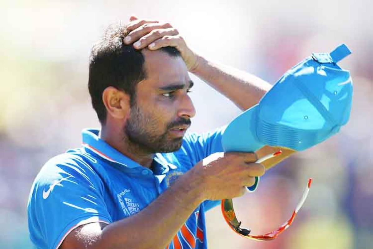 टीम इंडियाचा जलद गोलंदाज मोहम्मद शमीवर अटकेची टांगली तलवार आहे. पत्नी हसीन जहॉंनं केलेल्या कौटूंबिक हिंसाचाराच्या आरोपानंतर शमीविरुद्ध अटक वॉरंट काढण्यात आलं आहे.